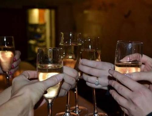 C'è chi trascorre la serata a bere da solo e chi brinda insieme agli amici